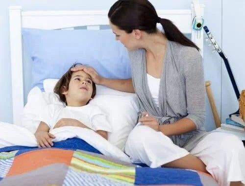 Mamă care tratează problemele de respirație la copii