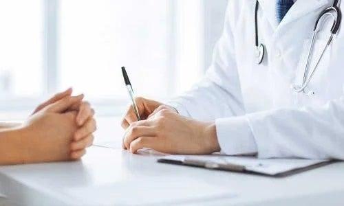 Medic care examinează un pacient