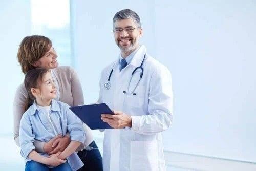 Medic pediatru care examinează un copil