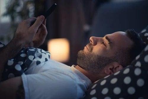 Nu te odihnești mai bine noaptea dacă stai pe telefon