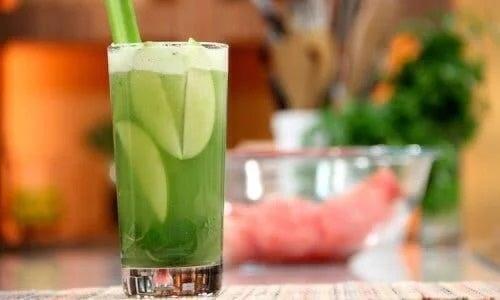 Pahar cu smoothie de fructe energizante