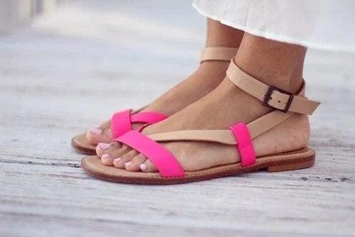 Picioarele care miros urât în sandale