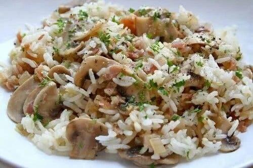 Farfurie cu salată de orez brun