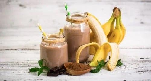 Smoothie sățios cu banane și cacao