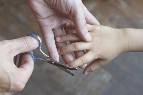 Tăiatul unghiilor la copii