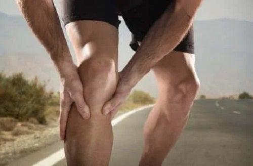 Bărbat care are o durere de genunchi