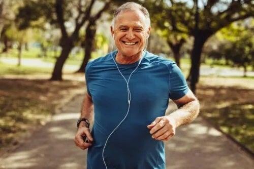 Bărbat care face exerciții de sprint