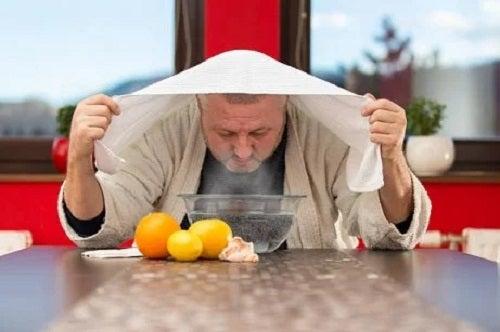 Bărbat care face inhalații