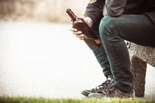 Bărbat care are nevoie de remedii pentru alcoolism