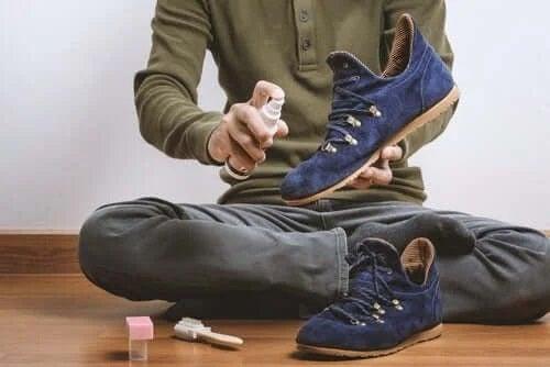 Bărbat care dă cu spray pe pantofi
