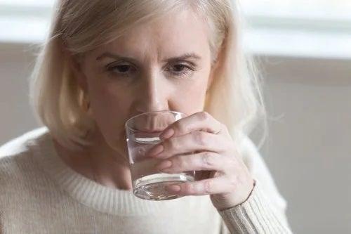 Persoană care se confruntă cu căderea părului la menopauză