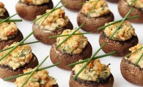 Ciuperci umplute vegane cu arpagic deasupra