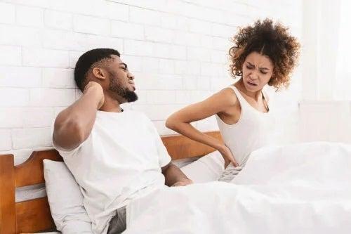 Cuplu stând în pat