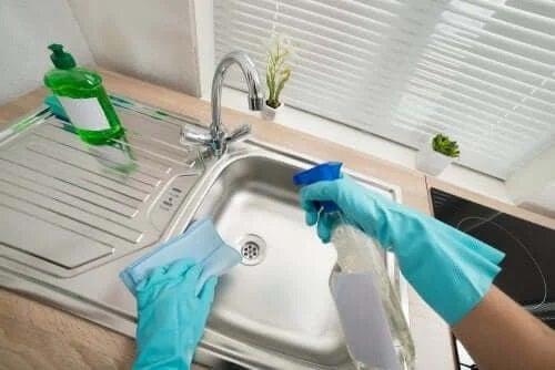 Cum să cureți natural oțelul inoxidabil al chiuvetelor