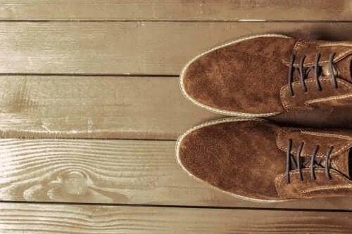 Cum să cureți pantofii din piele întoarsă