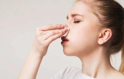 Femeie care se preocupă de eliminarea crustelor din nas