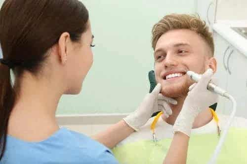 4 modalități ca să elimini tartrul de pe dinți