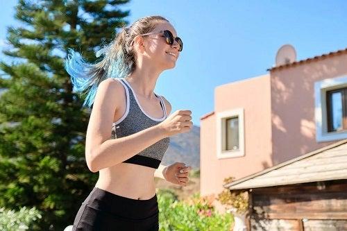 Fată care aleargă