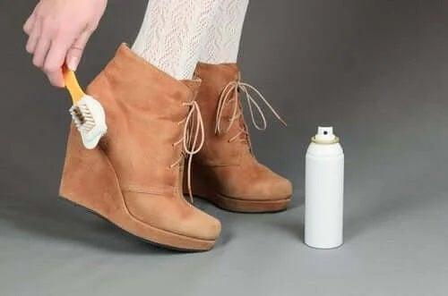 Fată care știe cum să cureți pantofii din piele întoarsă