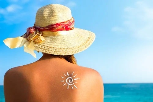 Femeie care consumă alimente bogate în vitamina D