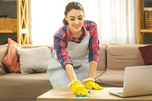 Femeie care face curățenie