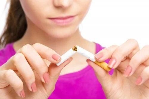 Femeie care renunță la fumat