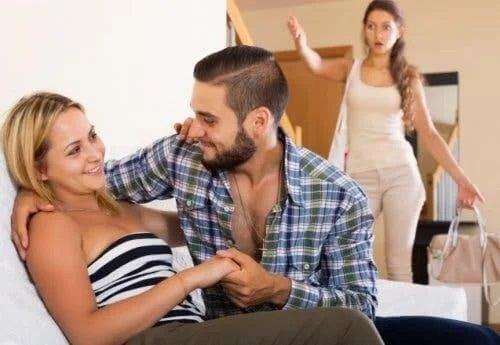 Femeie care știe că iertarea infidelității este greșită