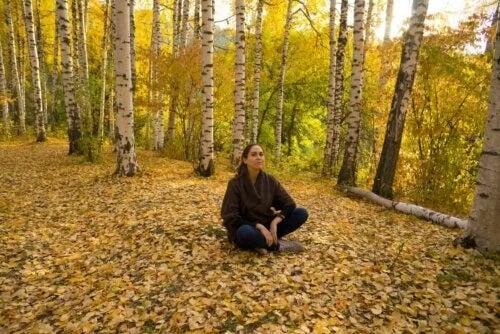 Femeie care se relaxează în pădure