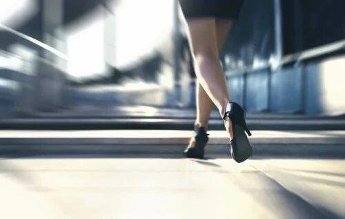 Femeie care merge pe tocuri