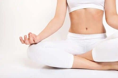 Femeie care face yoga la interior