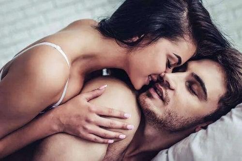 Femeie care cunoaște zonele erogene masculine