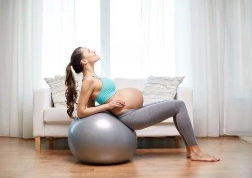 Gravidă care face exerciții fizice