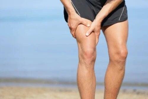 Bărbat afectat de întinderea musculară inghinală
