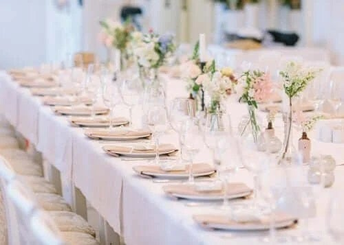 Masă aranjată pentru nuntă