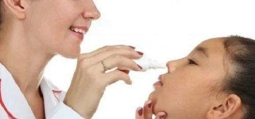 Medic care tratează durerea de cap din sinuzită