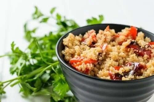 Rețetă de salată cu quinoa și legume coapte