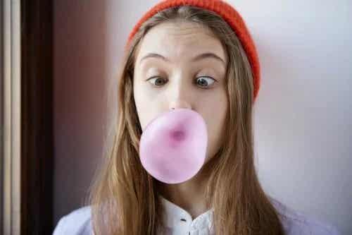 12 trucuri ca să scoți guma din păr