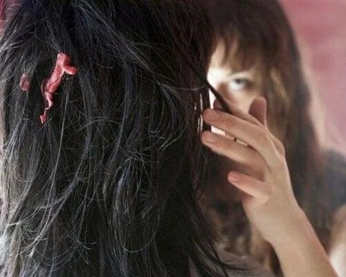 Femeie care știe cum să scoți guma din păr