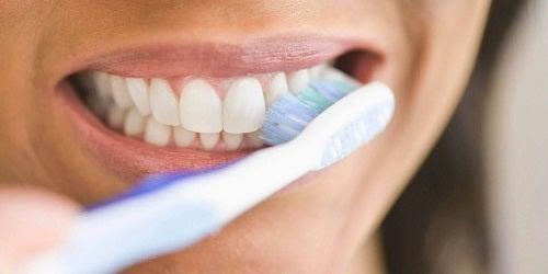 Spălatul te ajută să elimini tartrul de pe dinți