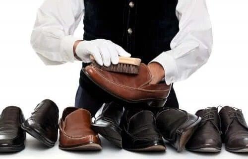 Specialist care știe cum să cureți pantofii din piele