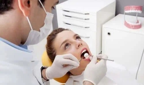 Speciaist care te ajută să elimini tartrul de pe dinți