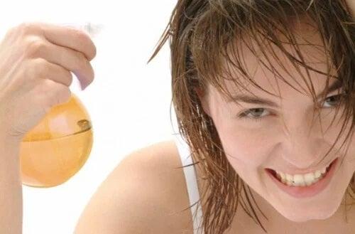 Femeie care aplică un tratament pentru păr