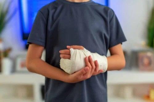 Băiat care primește tratamentul contracturii Dupuytren