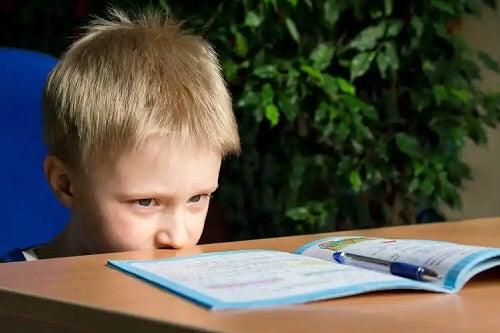 Băiat care primește tratamentul disgrafiei