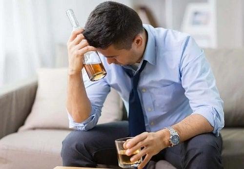 Bărbat care a consumar alcool pe stomacul gol