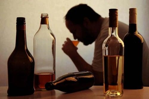 Bărbat care consumă alcool