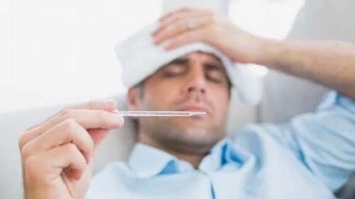 Bărbat care se confruntă cu complicațiile roseolei