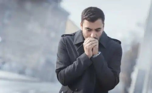 Bărbat căruia îi este foarte frig