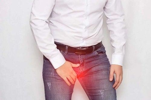 Bărbat afectat de lovitura în testicule