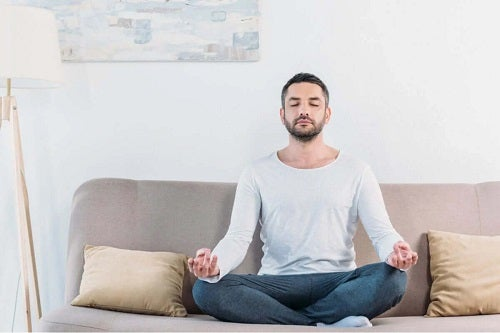 Bărbat care meditează